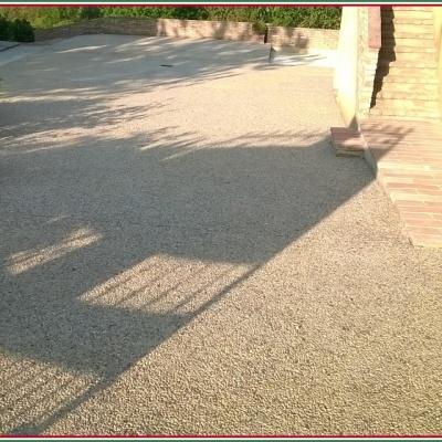 Pavimento per esterni in sasso lavato a Parma con graniglia di marmo