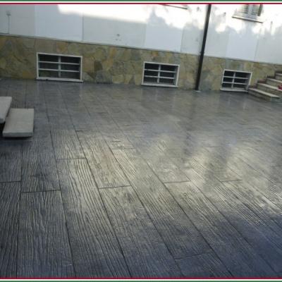 Monoblocco di cemento lucido per esterni di colore grigio con venature