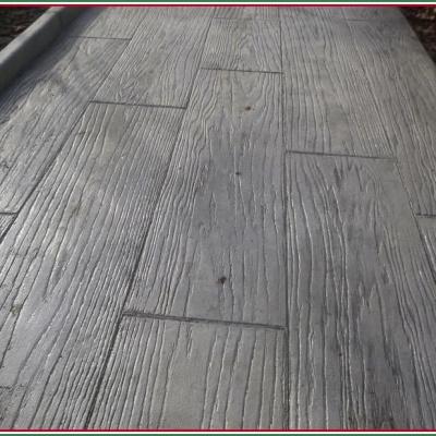 Cemento stampato lucido con venature effetto assi legno antico