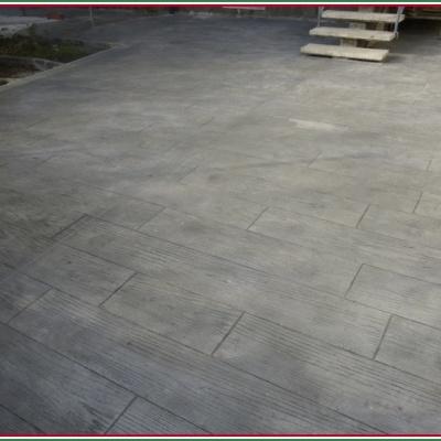 Finte assi di legno realizzate con cemento stampato con venature