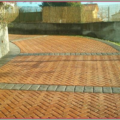Monoblocco di cemento stampato a Piacenza con effetto mattoncino