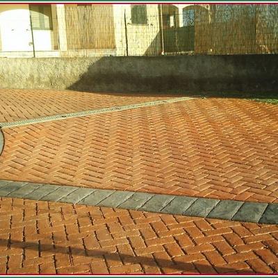 Cortile abitazione in cemento stampato effetto mattoncino rosso a Piacenza