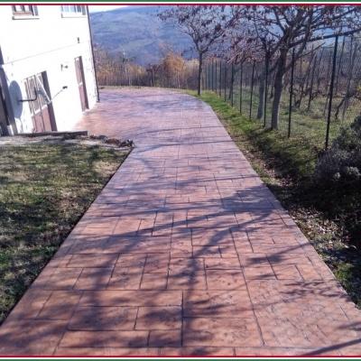 Viale abitazione in cemento stampato color mattone con venature a Piacenza