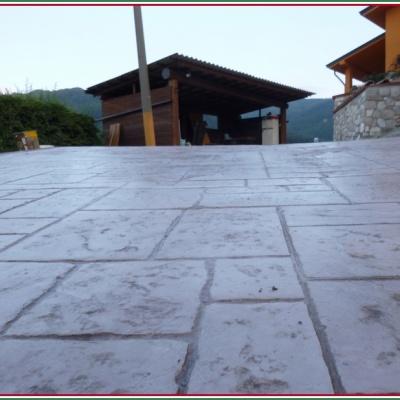 Pavimentazione per esterni in cemento stampato senza fughe resistente e elegante