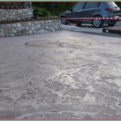 Unico blocco di cemento con disegno logo colorato a Piacenza