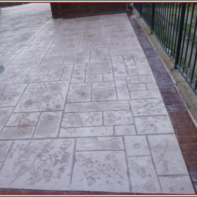 Balconata in cemento stampato simile a pietra e bordo effetto mattone
