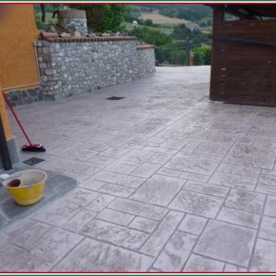 Cortile in cemento stampato effetto pietra a Piacenza
