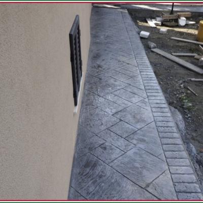 Marciapiede esterno casa in cemento stampato a Piacenza