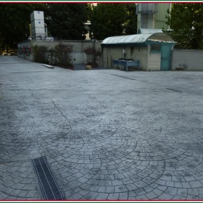 Pavimentazione cortile interno a Lodi con scoli acqua piovana in cemento