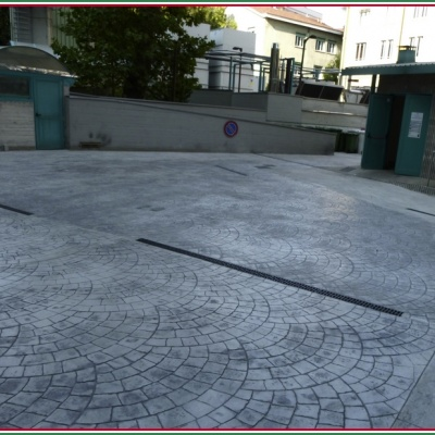 Piazzale cortile in calcestruzzo stampato effetto porfido