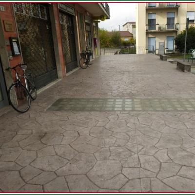 Monoblocco di calcestruzzo effetto sassi incastrati per pavimentazione esterna