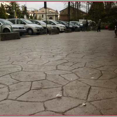 Pavimenti esterni in resina stampata simili al sasso naturale
