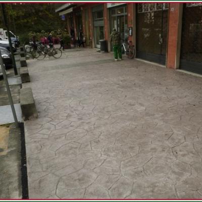 Marciapiede per galleria negozi in cemento stampato effetto sasso irregolare