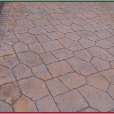Marciapiede in cemento stampato a Cremona con effetto sasso irregolare