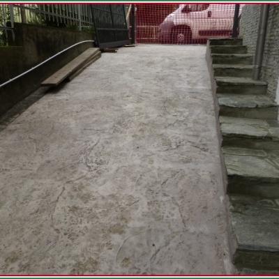 Pavimento per esterni in cemento stampato color grigio a Piacenza