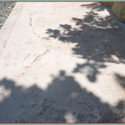 Particolare marciapiede in calcestruzzo stampato color grigio resistente agli agenti atmosferici