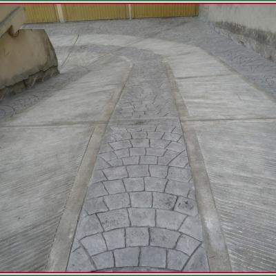 Discesa scivolo in cemento stampato con porfido e corsie antiscivolo