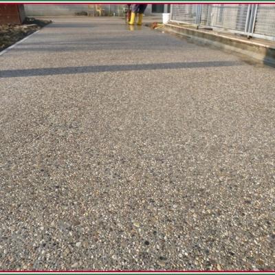 Pavimento per esterni in sasso lavato arrotondato resistente al freddo a Piacenza