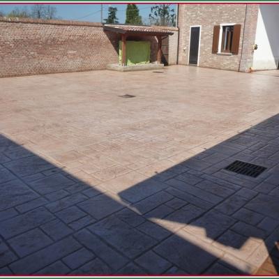 Cortile interno casa effetto mattone in cemento stampato