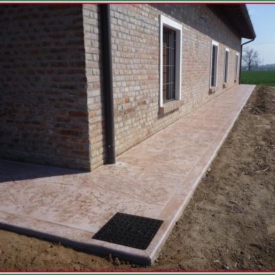 Pavimento esterno casa in calcestruzzo stampato senza fughe
