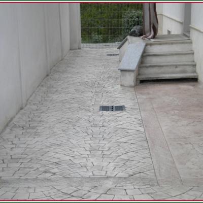 Cortile interno casa con vialetto per ingresso in cemento stampato