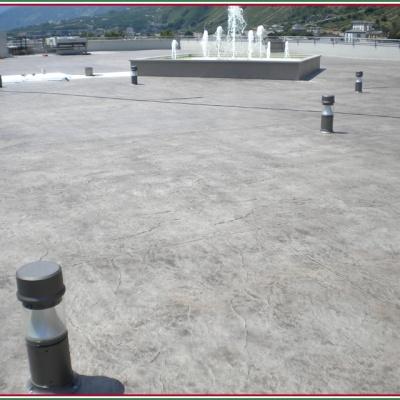 Piazza con fontana in cemento stampato per esterni in unica colata