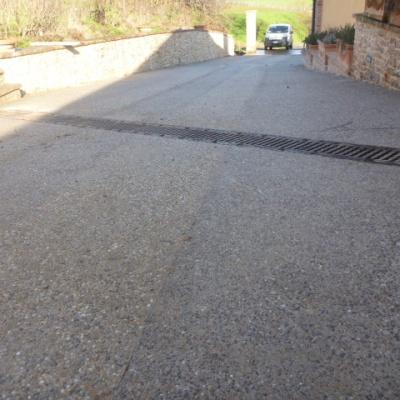 Scivolo per auto in sasso lavato con cemento grigio altamente drenante a Piacenza