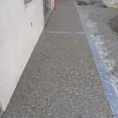Marciapiede esterno casa in sasso lavato con cemento grigio a Cremona