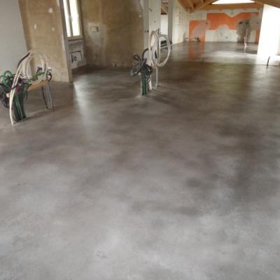 Passaggio cera su pavimentazione in cemento nuvolato a Cremona