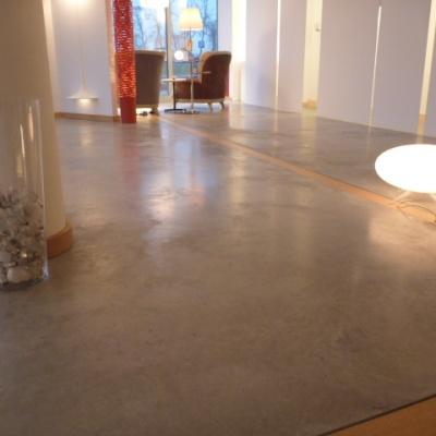 Pavimenti showroom in cemento nuvolato a Piacenza eleganti e funzionali