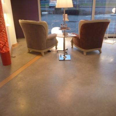 Pavimento negozio a Parma in cemento cerato raffinato