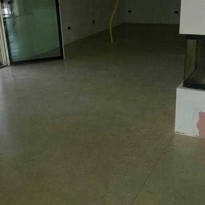 Pavimento interno sala villa in cemento nuvolato a bassa porosità