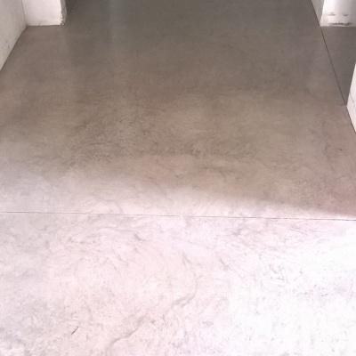 Corridoio interno casa in cemento nuvolato a Piacenza