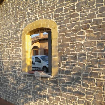 Muro casa in intonaco stampato effetto pietra a Piacenza