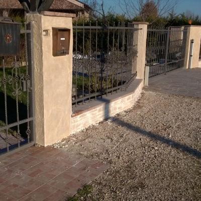 Muro di recinzione villa in intonaco stampato a Parma