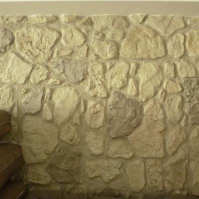 Muro interno abitazione in intonaco stampato effetto sasso a Parma