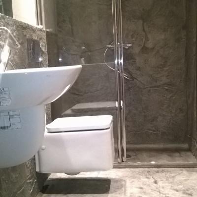Rivestimento doccia in intonaco stampato effetto pietra a Cremona