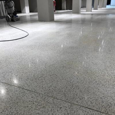 Pavimento per interni in cemento lucidato a Parma con innesti di granito