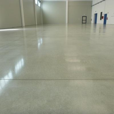 Pavimento interno industriale in cemento lucido resistente al peso e graffi