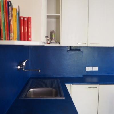 Paraspruzzi lavandino cucina in microcemento colorato in tinta con top