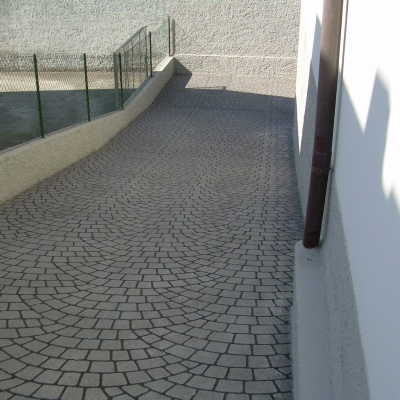 Pavimento scivolo per esterni in cemento spruzzato a Piacenza effetto porfido