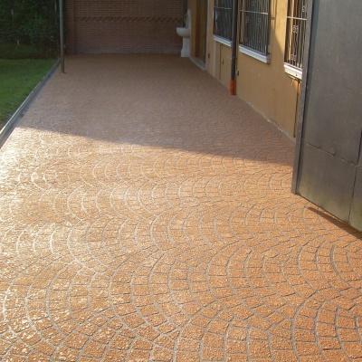 Pavimento esterno abitazione a Parma in cemento spruzzato effetto mattoncino porfido colorato
