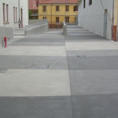 Scivolo per auto e pedoni in cemento con tombini e luci a Piacenza
