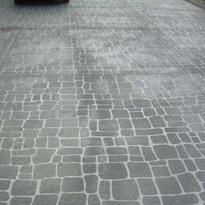 Pavimento per esterni effetto porfido in cemento spruzzato a Pavia