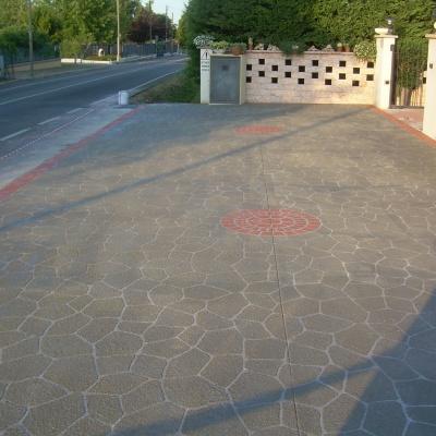 Cortile per villa in cemento spruzzato a Lodi effetto beole e mattoni