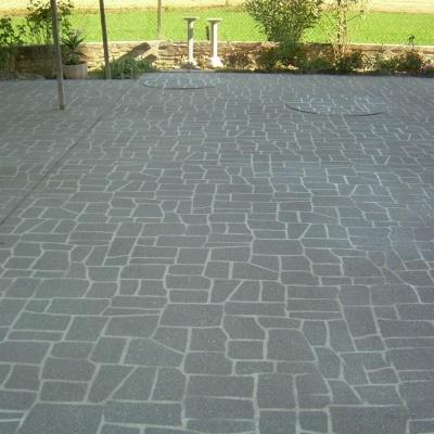 Cortile esterno villa in cemento spruzzato effetto sasso senza fughe