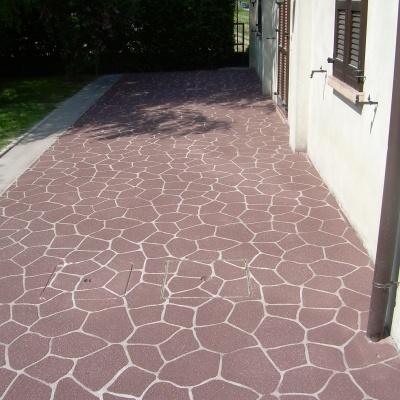 Pavimento portico esterno abitazione in cemento spruzzato a Pavia