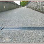 Sottopassaggio per biciclette con pavimento in sasso lavato
